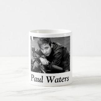 Paul molha a caneca de café