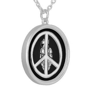 Paz & guerra (brancas) colar