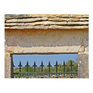 Pedra da porta e da chave cinzelada com cartão postal