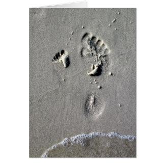 Pegadas da areia do dia dos pais, do pai & da cartão comemorativo