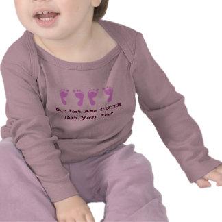 Pegadas do bebê (gêmeos da menina) camisetas