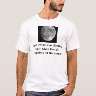Pegadas no t-shirt da lua