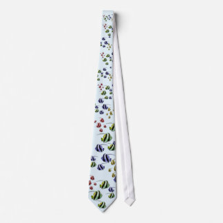 Peixes tropicais coloridos que nadam o laço livre gravata