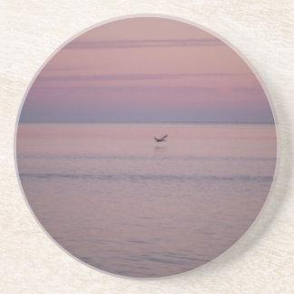 Pelicano e por do sol do oceano porta copos para bebidas