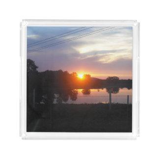 Pelo lago no por do sol