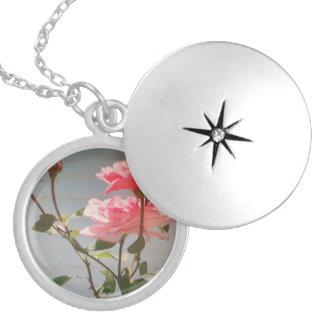 Pendente cor-de-rosa colar medalhão