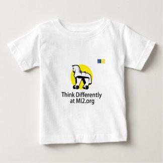 Pense diferentemente - o cavalo no presente das t-shirts
