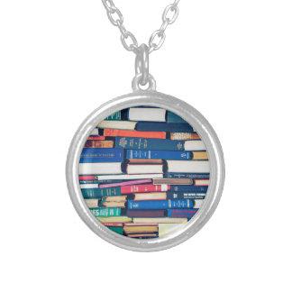 Pilha de livros colar banhado a prata