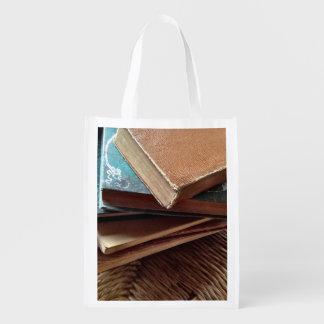 Pilha de livros na cadeira velha sacola ecológica