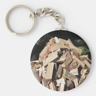 Pilha de madeira desbastada fora chaveiro