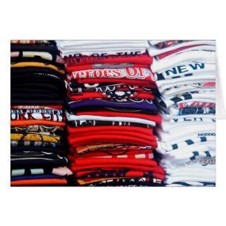 Pilhas coloridas do t-shirt cartão comemorativo
