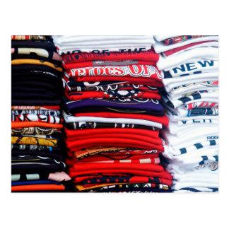 Pilhas coloridas do t-shirt cartão postal