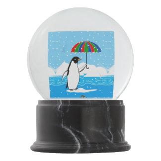 Pinguim no design da neve no globo da neve
