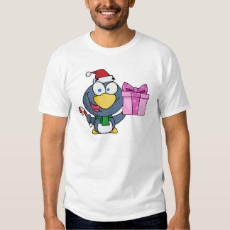 Pinguim que guardara um bastão do presente e de t-shirt