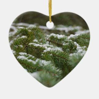 Pinheiro nevado do inverno ornamento de cerâmica coração