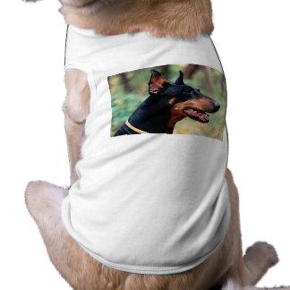 Pinscher do Doberman nas madeiras Camisa Sem Mangas Para Cachorro