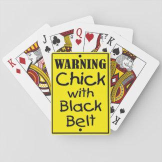 Pintinho de advertência com os cartões de jogo do jogo de carta