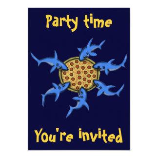 Pizza engraçada que come o cartão do convite de