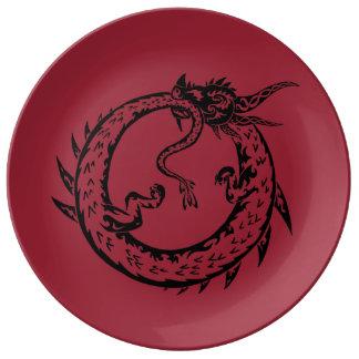 Placa com fome do dragão prato de porcelana