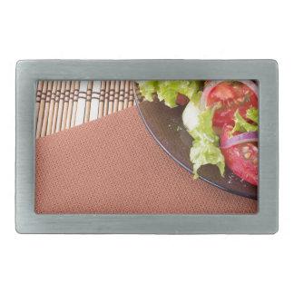 Placa com salada fresca de tomates e da alface