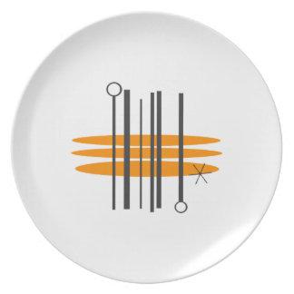 Placas de comensal do impressão do meio século prato de festa