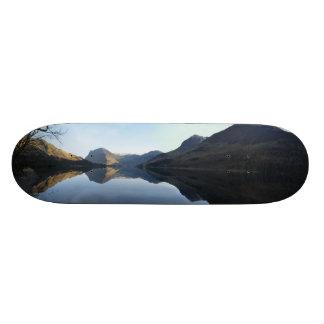 Plataforma do skate da paisagem do lago