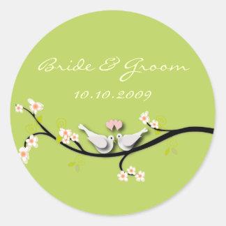 Pombas do amor da etiqueta do casamento + ramo das adesivo redondo