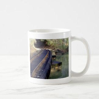 Ponte da estrada de ferro caneca de café