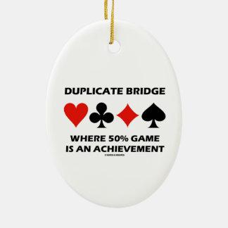 Ponte duplicada onde o jogo de 50% é uma ornamento de cerâmica oval