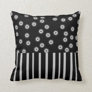 pontos preto e branco e listras da decoração travesseiro de decoração