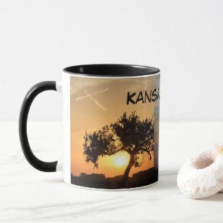 Pôr do sol de Kansas com a caneca de café das