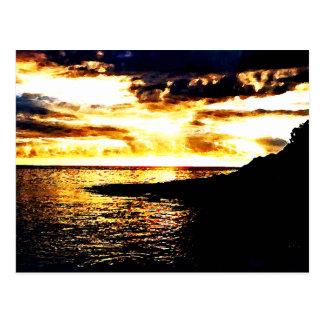 Por do sol dourado sobre a água em Dominica Cartão Postal