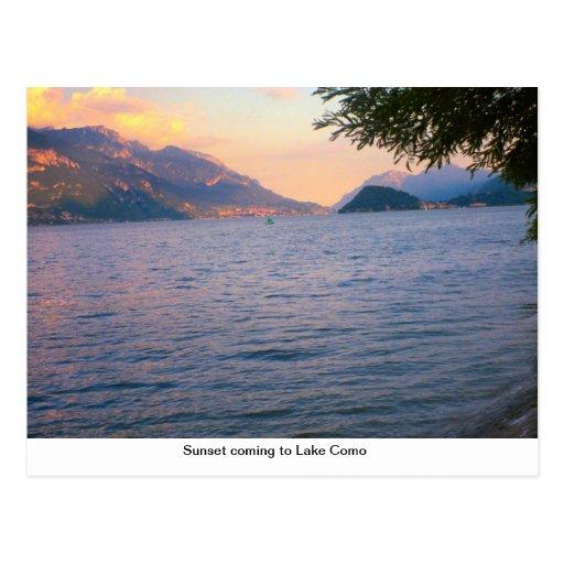 Por do sol que vem ao lago Como Cartao Postal