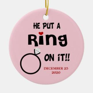 Pôr um anel sobre ele ornamento datado