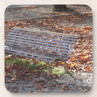 Porta-copo Banco no parque do outono com folhas inoperantes