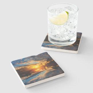 Porta-copo De Pedra Por do sol sobre a porta copos da pedra do lago