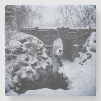 Porta-copo De Pedra Um casal que anda sob um arco nevado do período do