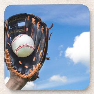 Porta-copo Entregue guardarar o basebol na luva com céu azul