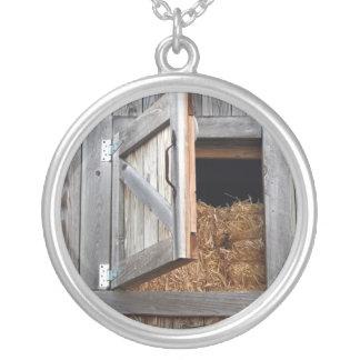 Porta de madeira do Hayloft da construção aberta Colar Banhado A Prata