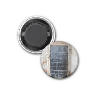 Porta do metal do vintage em uma parede de pedra d ima