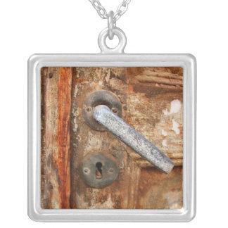 Porta oxidada velha colar banhado a prata