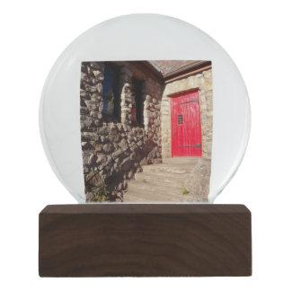 Porta vermelha na igreja cristã de pedra velha