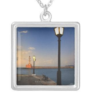 Porto de Chania e farol Venetian no por do sol Colar Banhado A Prata