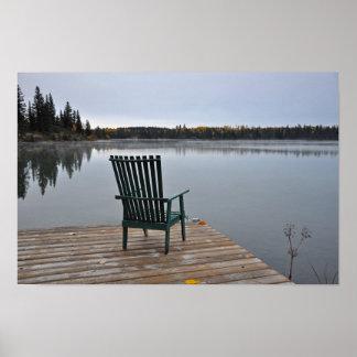 Póster Cadeira vazia na plataforma do lago