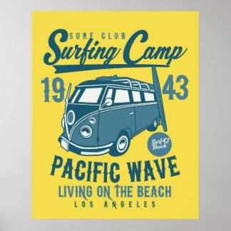 Poster pacífico surfando da onda do acampamento