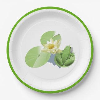 Pouco sapo verde que senta-se em uma almofada de prato de papel