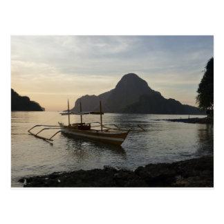 Poucos barco e oceano cartão postal