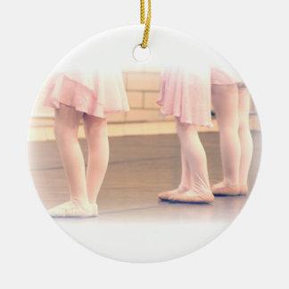 Poucos pés do balé ornamento de cerâmica redondo