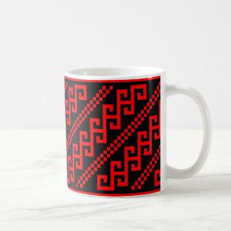 povos tradicionais do motivo do traje étnico de caneca de café