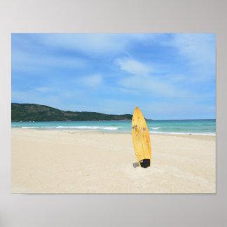 Praia brasileira com o conselho de surf amarelo pôster